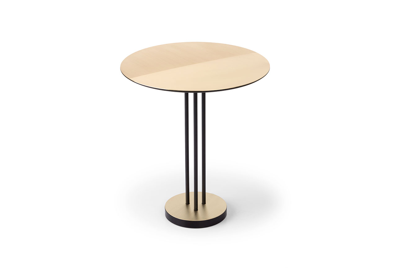 Tavolino satinato Satin Table in ferro verniciato nero con top e base in ottone